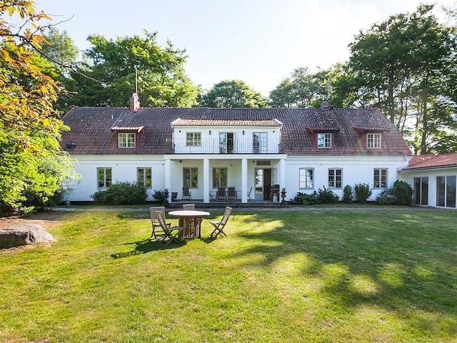 Den lyxiga gården ligger belägen i Eslöv med utsikt över nejderna och Öresund.
