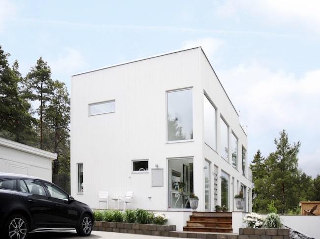 Nybyggt. Huset ligger nära både skog och hav, något som både Johan och Cecilia uppskattar mycket.