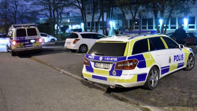 Larmet om skottlossning i området Almhög i södra Malmö kom till polisen vid halv tre-tiden natten mot lördag. På plats hittades en svårt skottskadad man i 25-årsåldern vars tillstånd bedöms som livshotande. Foto: Patrick Persson