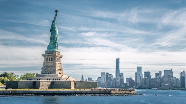 Ikoniska statyn Frihetsgudinnan står på Libertyön i New Yorks hamn och lockar årligen 4,3 miljoner besökare.