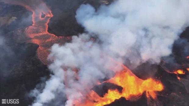 Giftmoln över Hawaii när lava rinner ner i Stilla havet