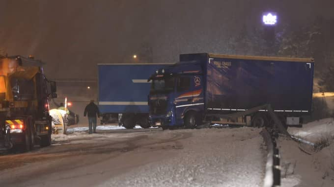 En lastbil blockerar nu E4:an efter att en kraftigt berusad förare kört rätt in i mitträcket. Foto: Pontus Stenberg