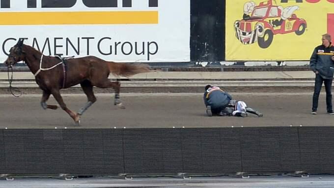 Emila Leo ligger kvar på banan efter att hon ramlat av hästen Tappaintehoppet i starten. Foto: Lars Jakobsson/Kanal 75