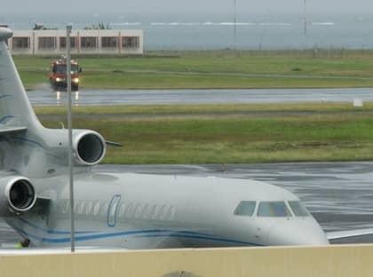 """PLAN MED KUNGLIG LAST. Kronprinsessparet stannar ombord medan Säpo-vakterna lämnar planet på Tahiti-Faaa international Airport i Papeete. """"Anledningen till att de mellanlandade här är för att myndigheterna skulle gå igenom deras papper"""", berättar en källa."""