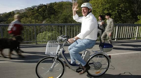 Tommy Schönstedt testade de nya elcyklarna. På en laddning kan man cykla upp till fem mil för 26 öre per mil. Men så kostar cykeln förstås 6 400 kronor. Foto: MARTINA HUBER