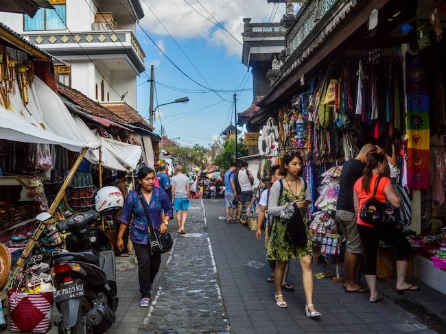 Turister uppmanas att slänga rödfärgade påsar.