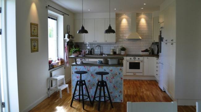 Marcus och Josefine byggde om sitt standardkök till ett nytt i lantlig retro-stil.
