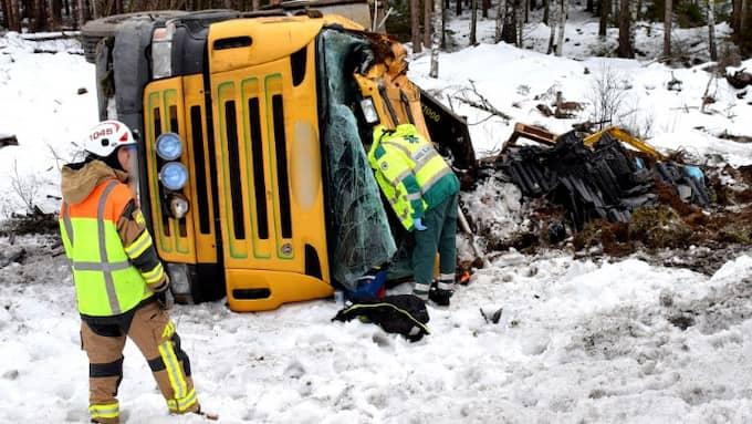 En lastbil voltade av vägen i Skara. Foto: Johan Sjöström
