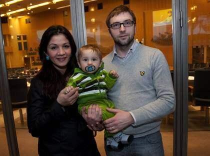 Politikerparet Gulan Avci och Fredrik Malm efterlyser en professionell vägledning dygnet runt för nyblivna föräldrar. Med på bilden är också deras son, Kevin. Foto: Tommy Pedersen