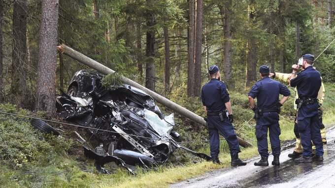 Två personer har förts till sjukhus med allvarliga skador. Foto: Joakim Eriksson / Agena Fot