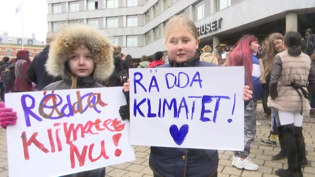 """Livia och Ida demonstrerar i Malmö: """"Vi kan inte ha det såhär"""""""
