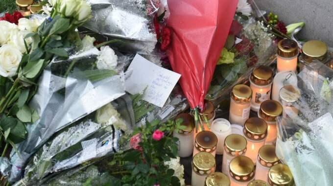 Den döde hyllades med mängder av blommor och tända ljus från sina många vänner. Foto: Topnews
