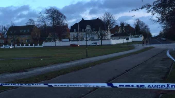 En misstänkt granat har hittats nära Zlatans lyxvilla i Malmö. Polisen har spärrat av ett stort område runt platsen. Foto: Läsarbild
