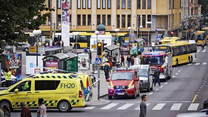 Flera ambulanser var på plats vid torget i Åbo efter knivattacken. Flera personer fördes till sjukhus, bland dem Hassan Zubier från Märsta. Foto: ARI MATTI RUUSKA/TURUN SANOMAT / EP / EPA TT NYHETSBYRÅN
