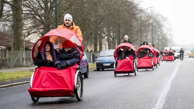 Sammanlagt sju stycken cyklar gav sig ut i på cykeltur i ett regnigt Malmö. Sex av dessa hade lånats av Roskilde kommun där projektet har fått fäste Foto: Tomas Leprince