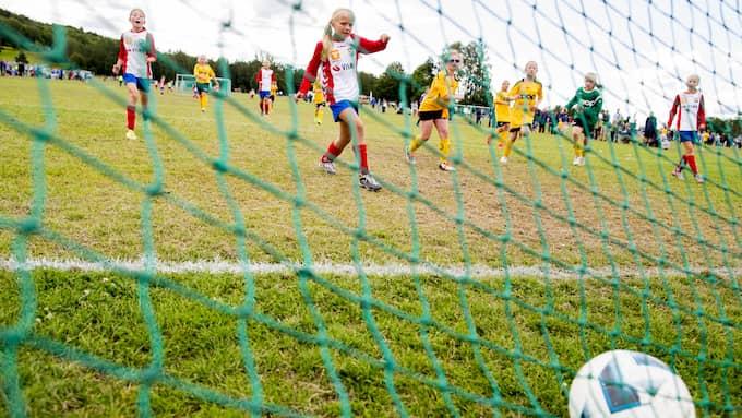 Barn växer snabbt ur sina fotbollsskor – och det är dyrt att köpa nya till grus, gräs och inomhusträning. Foto: Vegard Wivestad Grøtt / NTB scanpix / TT NYHETSBYRÅN