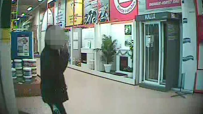 Övervakningsbild från Bauhaus, här är mannen på väg för att köpa säcken som kvinnan packades ner i, enligt åtalet. Foto: Polisen