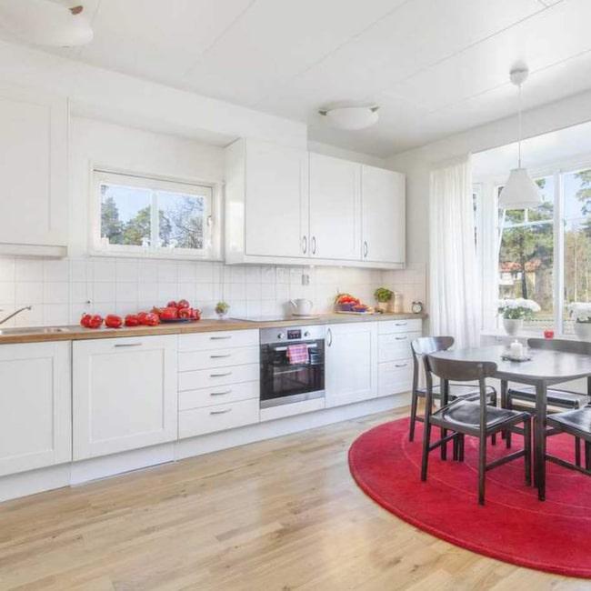 Det luftiga köket ger gott om utrymme för dig att bjuda hem dina vänner på en måltid. På köksbänken finns ett väl tilltaget utrymme där du kan förvara dina paprikor.