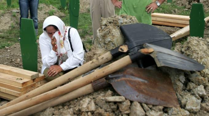 FOLKMORD. En bosnisk kvinna sörjer på kyrkogården i Potocari utanför Srebrenica, där den största massakern i Europa sedan andra världskriget ägde rum 1995. Foto: Darko Vojinovic / AP