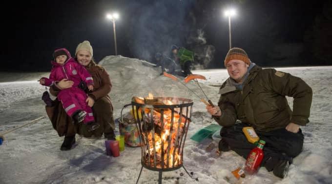 GRILLFAMILJEN. Sara och Daniel Wilby har tagit med sig dottern Mirjam, 2, som får uppleva sitt livs första hockeymatch – och nygrillad korv. Foto: Tomas Leprince