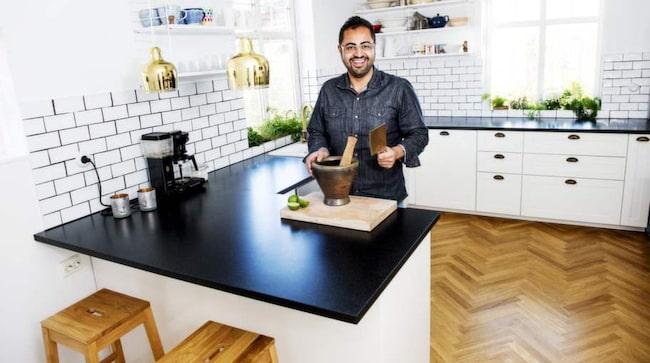 Socialt. Mästerkocken och reklamaren Amir Kheirmand trivs i sitt hus där spontanitet och sociala ytor står i fokus. Köket är byggt på en Ikea-stomme. Därefter har Amir och hans sambo valt till vitvaror och en rad andra köksmöbler från andra märken. Här finns närmare fem meter arbetsbänk – en viktig social yta.
