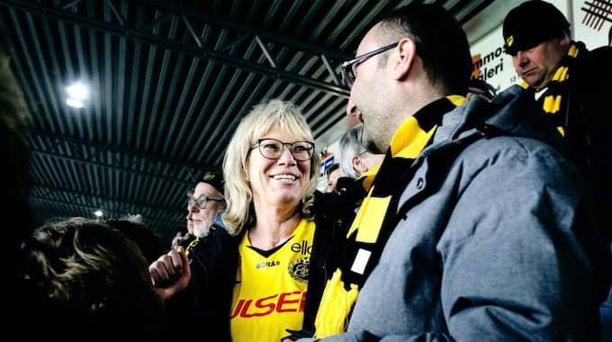 MÖTE PÅ LÄKTAREN. Ahmed Abdul Razak gillar fotboll, men främsta anledningen till att han kommit till Borås arena är att få träna på sin svenska. Här i samspråk med Elfsborgssupportern Annelie Magnusson. Foto: Anna Svanberg