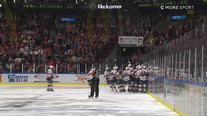 Föremål kastades in på isen efter Växjös mål. Foto: C More.
