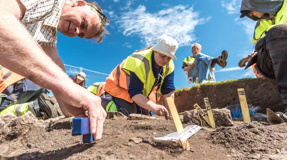 Varje år samlas runt tio till tjugo personer för att delta i utgrävningarna. Foto: Daniel Lindskog