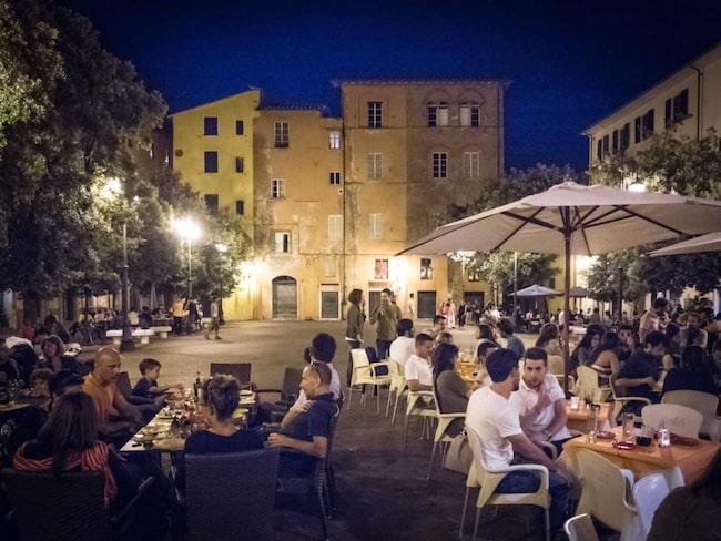 Torgen är naven i Pisas uteliv. Idylliska Piazza Chiara Gambacorti kantas av barer och restauranger.