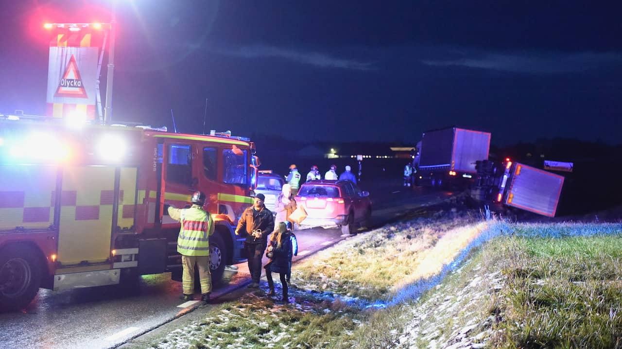 """Flera fordon i krock efter lastbilsolycka: """"Väldigt halt"""""""