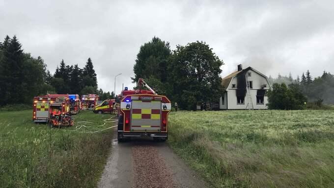 Ett 20-tal brandmän jobbar på platsen. Foto: Sebastian Näsström