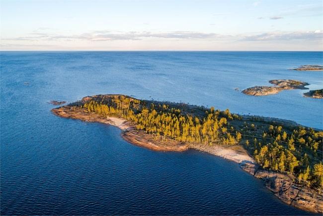 För bara 4 miljoner kronor kan du bli ägare till en hel udde och ett arkitektritat hus med flera byggnader.