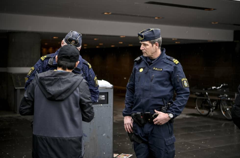 En 16-åring stoppas av polisen. Han har en haschbit på sig och blir misstänkt för narkotikainnehav. Foto: Alex Ljungdahl/Expressen