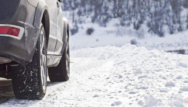 NU MÅSTE DE VARA PÅ. Enligt lag måste du ha vinterdäck på bilen nu.