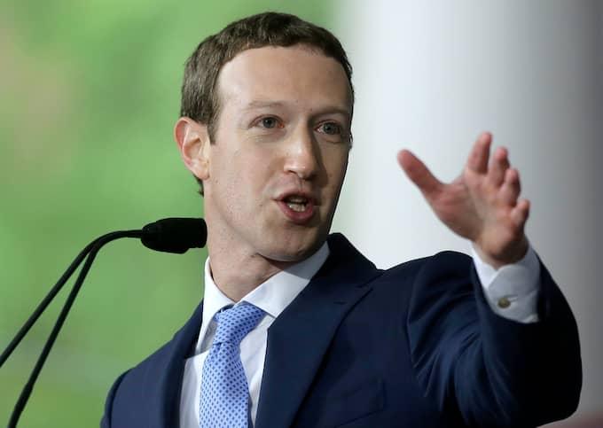 Mark Zuckerberg säger att Facebook har fått synpunkter på att allmänt innehåll tar över det mer personliga innehållet på plattformen. Foto: STEVEN SENNE / AP TT NYHETSBYRÅN