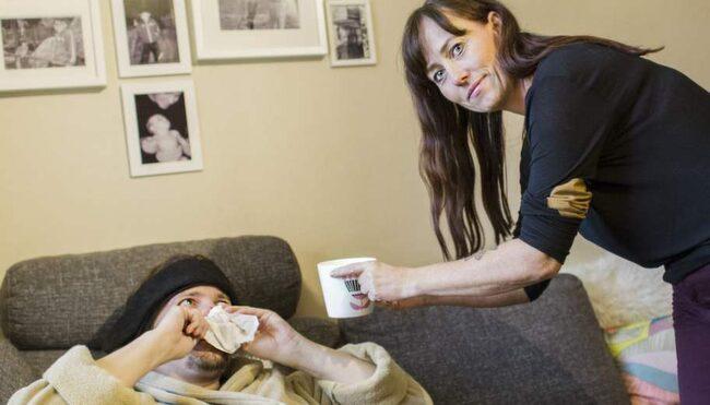 """Dödssjuk? När Stig-Oscar Nilsson i Luleå drabbas av förkylning blir han i det närmaste dödssjuk - i alla fall om man frågar resten av familjen. """"Han kollapsar i soffan, dricker mängder med te och äter halstabletter. Energin räcker bara till att byta skivor i dvd-spelaren"""" säger hans fru Ulrika."""