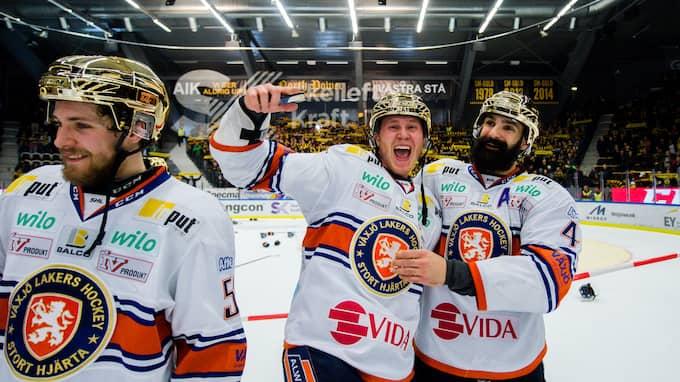 Dennis Rasmussen jublar efter SM-guldet tidigare i vår tillsammans med lagkamraten Daniel Rahimi. Foto: PETTER ARVIDSON / BILDBYRÅN