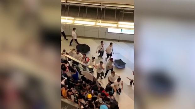 Här går de maskerade männen till attack i tunnelbanan