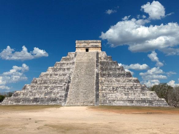 I jakten på ett underjordiskt vattenfyllt slukhål under pyramiden El Castillo i Mayastaden Chichén Itzá, Mexiko, hittade arkeologerna en grotta fylld av orörda artefakter.