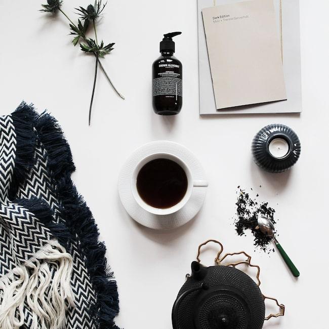 Stilleben i svartvitt. Ett par av Jennys favoritsaker - levande ljus, varma filtar och gott te.