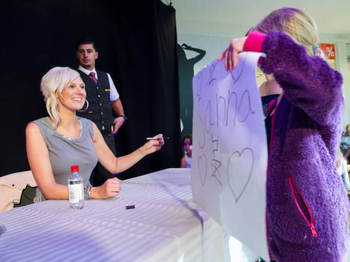 När Sanna Nielsen signerade skivor på Center Syd i Löddeköpinge i går ville hundratals fans ha stjärnans autograf. – Det här är min chans att få träffa dem som stöttar mig, säger Sanna Nielsen. Foto: Peo Möller