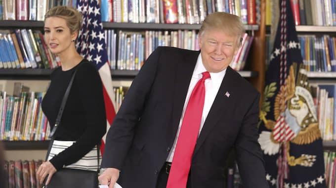 Ivanka Trump och Donald Trump. Foto: Joe Burbank / AP TT NYHETSBYRÅN
