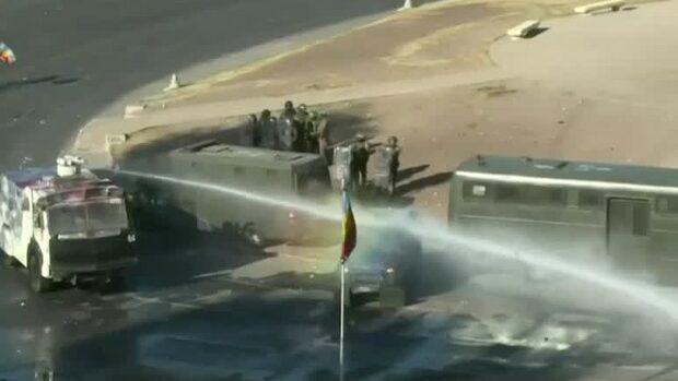 Polisen använder vattenkanoner vid oroligheterna i Santiago i Chile