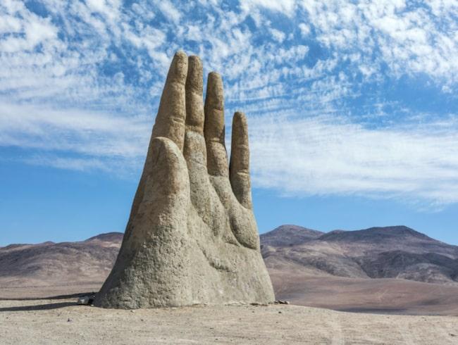På grund av handens isolerade läge blir den ofta offer för vandaler och graffiti.