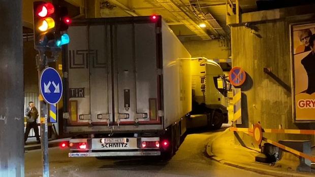 Lastbil har kört fast – köer i Stockholm