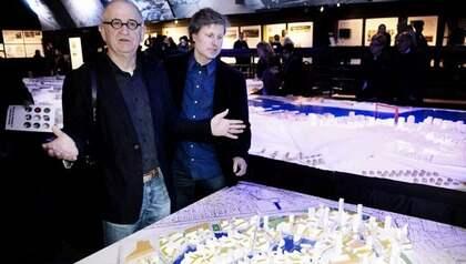Arkitekterna Håkan Cullberg och Tomas Lundberg med sin modell av hur Göteborgs Frihamn kan utvecklas. Foto: Anna-Karin Nilsson