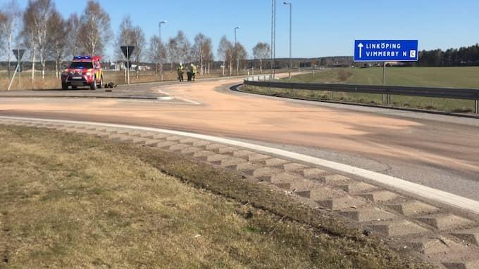 Läckte i rondellen. När tankbilen passerade Åkeborondellen i Vimmerby läckte stora mängder mjölk eller grädde ut. Räddningstjänsten fick sanera eftersom det blev jättehalt. Foto: Räddningstjänsten Vimmerby
