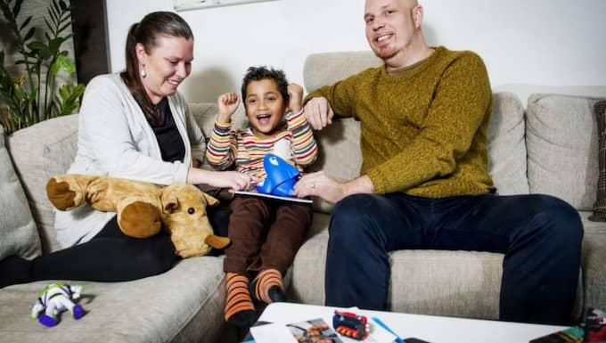 Lång väntan. Först väntade Sophie och Stefan Krooks i adoptionskö i två år innan de fick lilla Miles. Därefter ställde de sig i kö på nytt. Nu har de väntat i fyra år. Foto: Jens L'Estrade