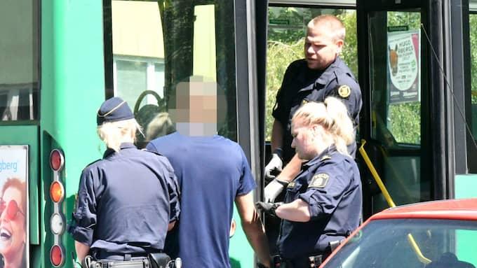 Mannen greps av polis efter att ha plockat fram låtsasvapen på bussen. Foto: Mikael Nilsson