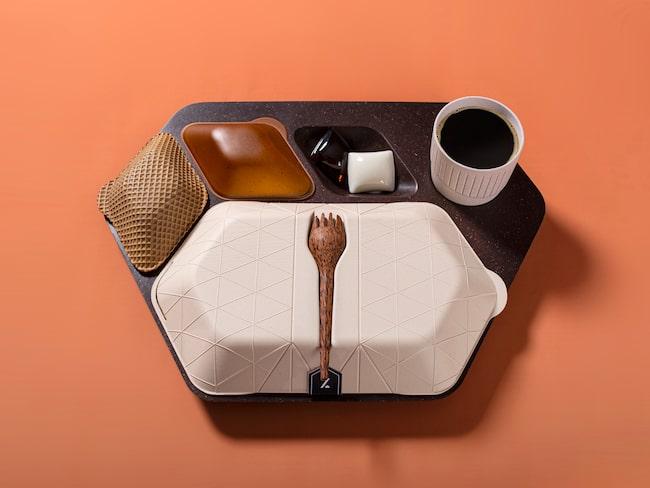 Matbricka gjord av kaffebönor, matbehållare av vetekli och kopp av en mix av risskal, bananblad och alger.